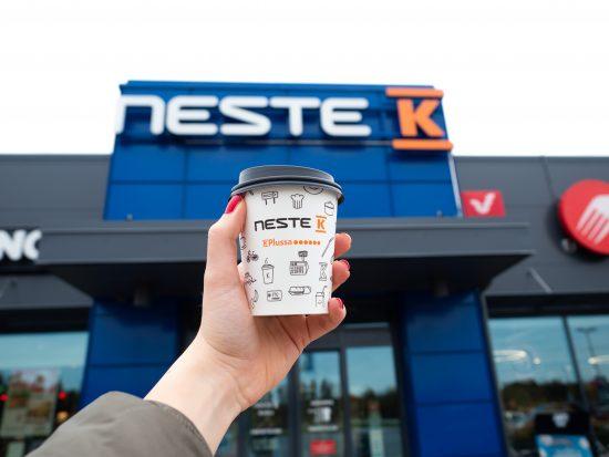 Kahvikuppi Neste K-aseman edessä